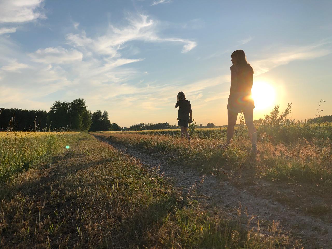 Fru och son i solnedgången 26 juni 2020.