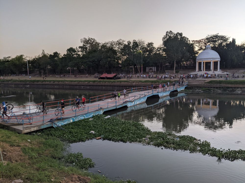A floating bridge connecting the river banks (and an emergency bridge in the occurrence of an earthquake).