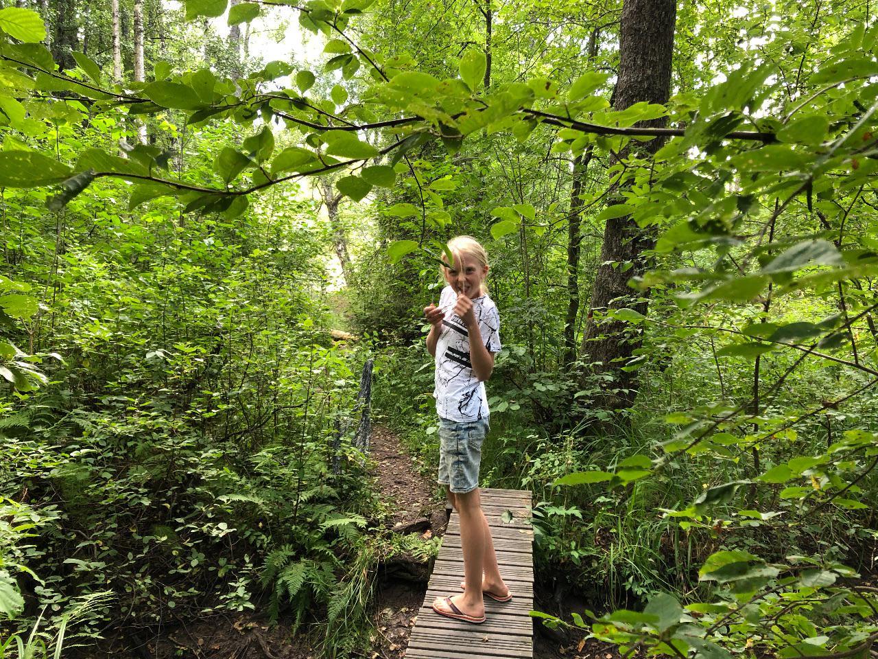 Hedda i djungeln vid sjön.
