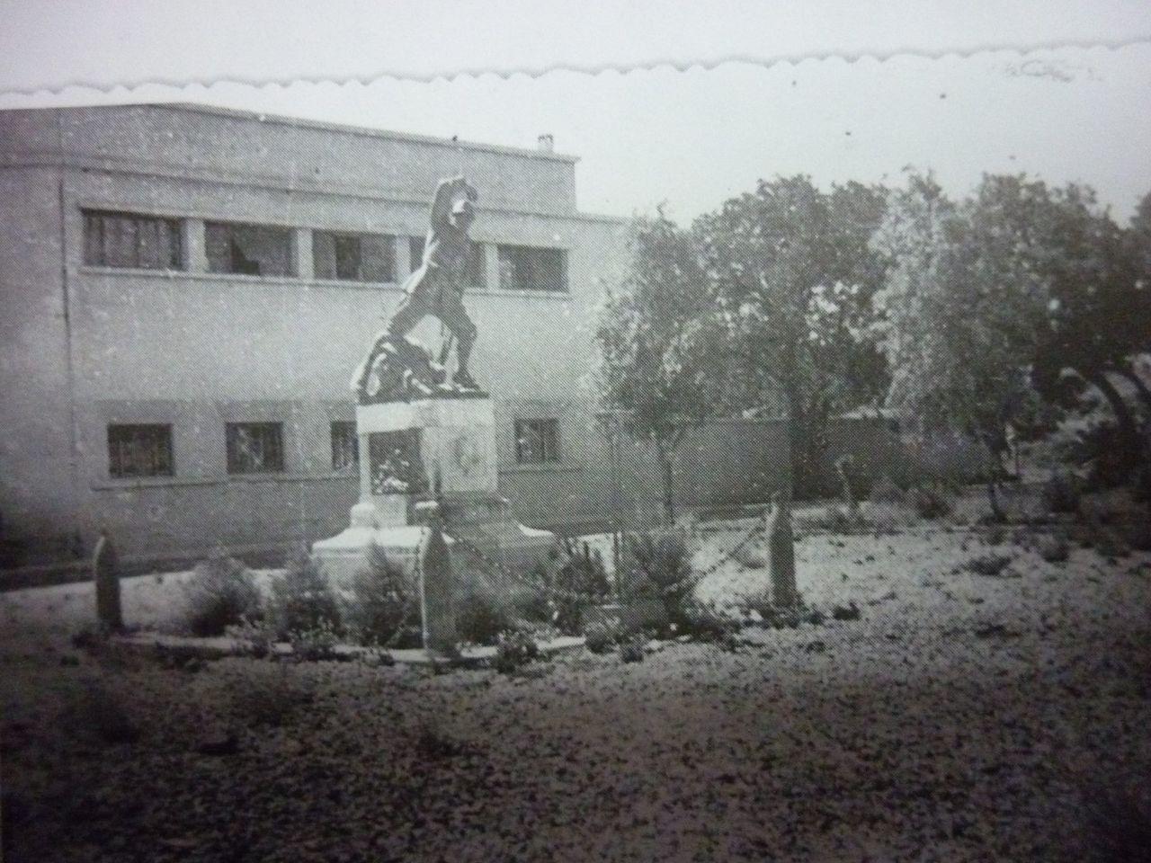 Το άγαλμα του Αγνώστου Στρατιώτη που υπήρχε στην μικρή πλατεία μπροστά από την είσοδο του κτιρίου