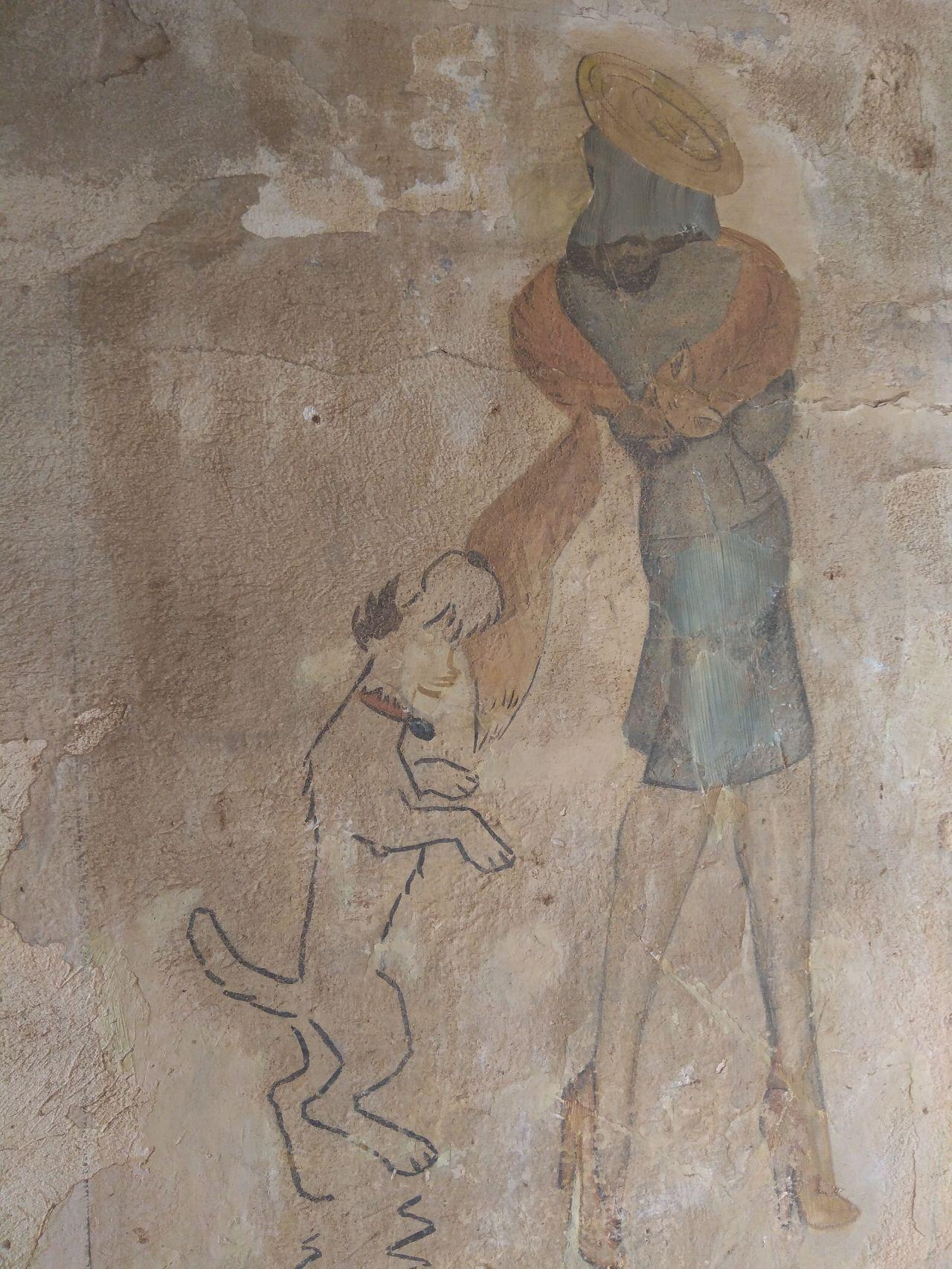 Ο σκύλος με έναν σάλτο αρπάζει την γούνα της αλεπούς από την κυρία.