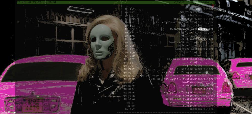 femme avec un masque devant des voitures, issue du film holy motors
