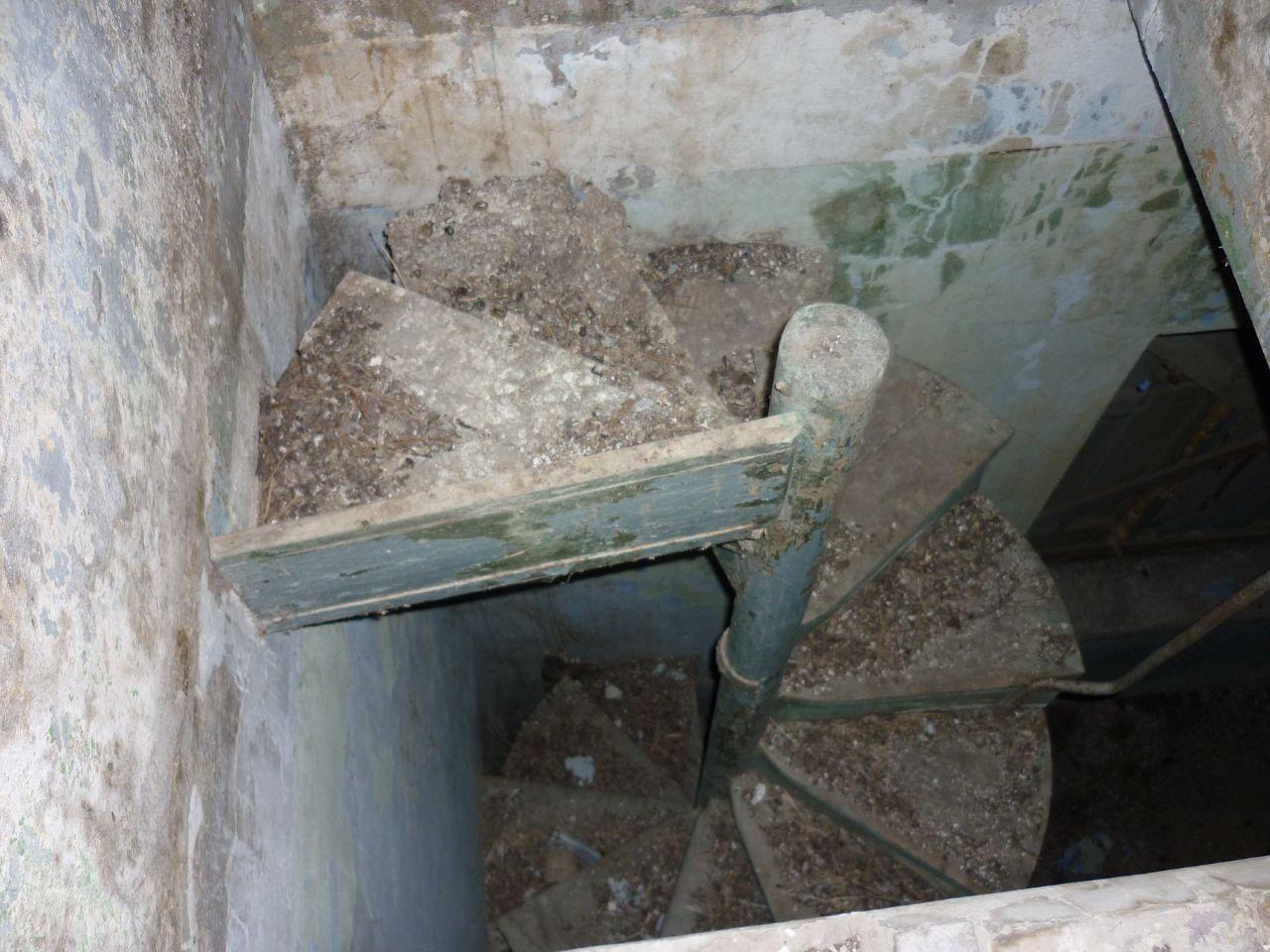 Η μία από τις δύο εσωτερικές σκάλες που οδηγούσαν στα επάνω στενά δωμάτια
