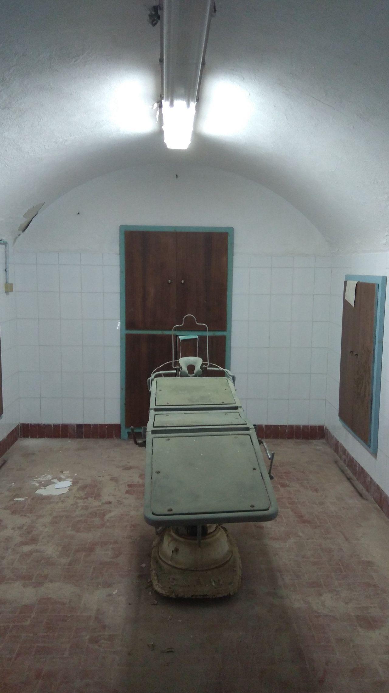 Η χειρουργική αίθουσα του υπόγειου ιταλικού νοσοκομείου.
