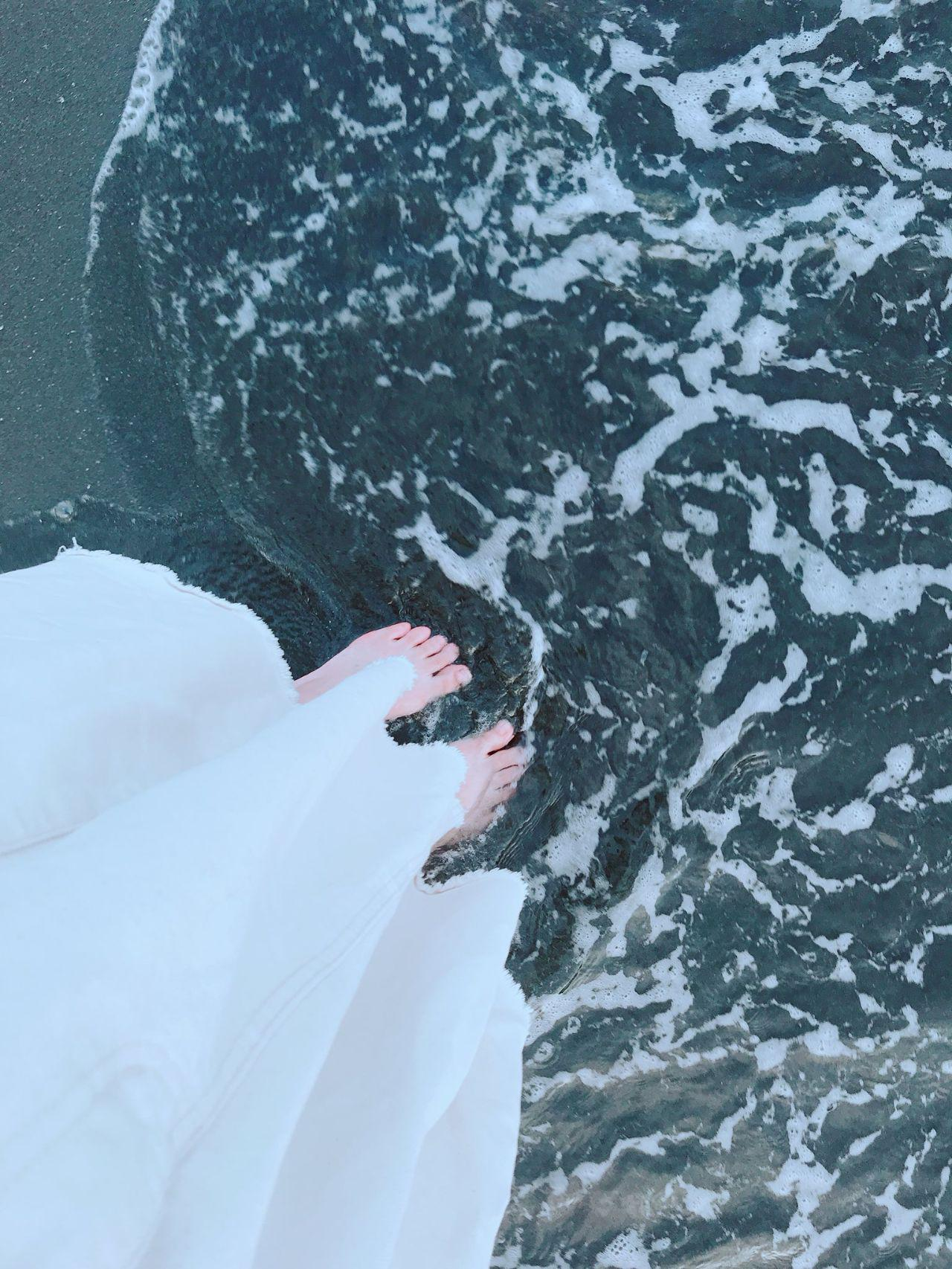 喜歡夏天穿著洋裝在沙灘玩水
