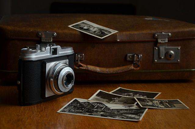 A photo of an old film camera and a suitcase