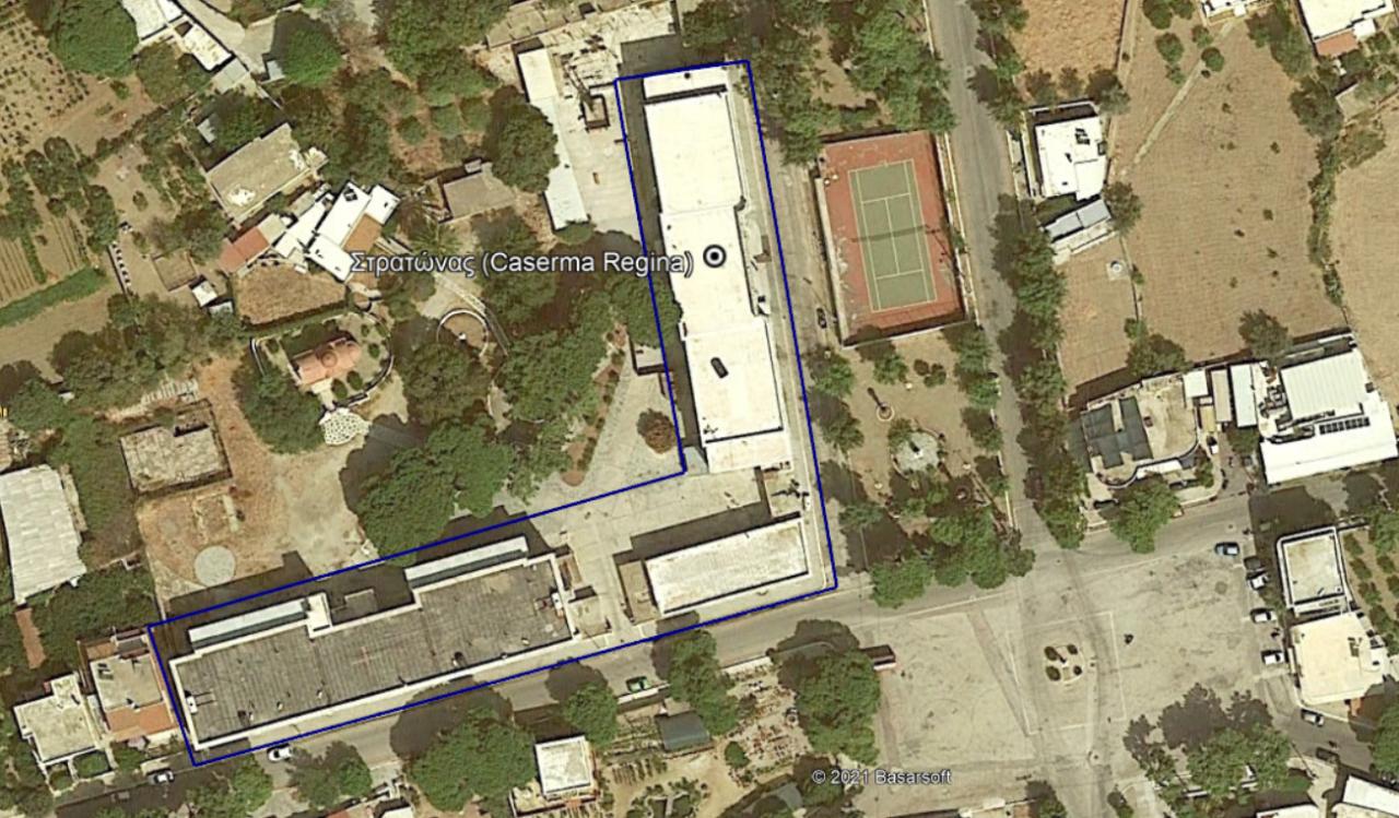 Το κεντρικό κτίριο είναι το κτίριο που βρίσκεται στα βόρεια απέναντι από το σημερινό γήπεδο του τέννις