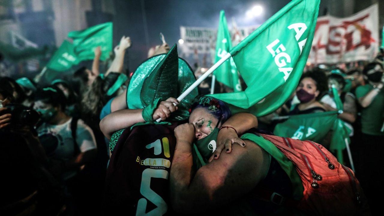 Mujeres celebrando la aprobación de la legalización del aborto antes de la semana 14 por el Senado Argentino