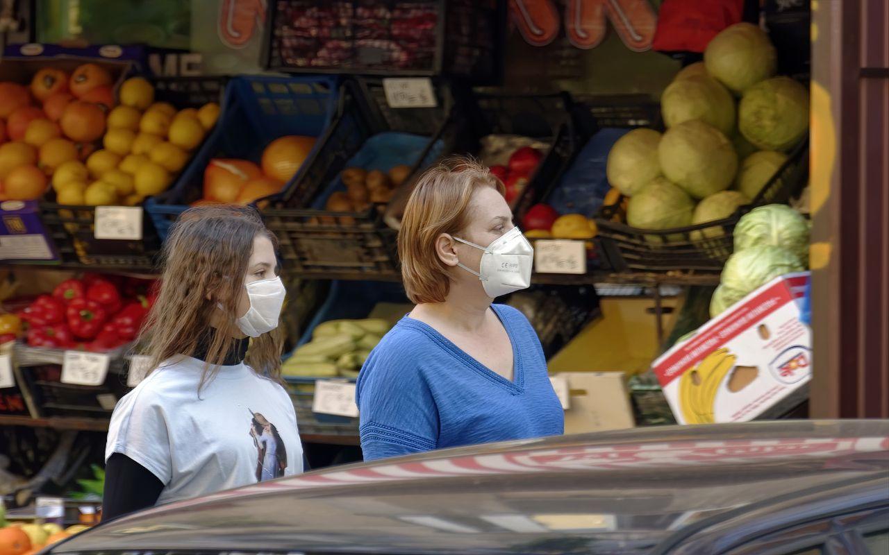 Persone al mercato con mascherina