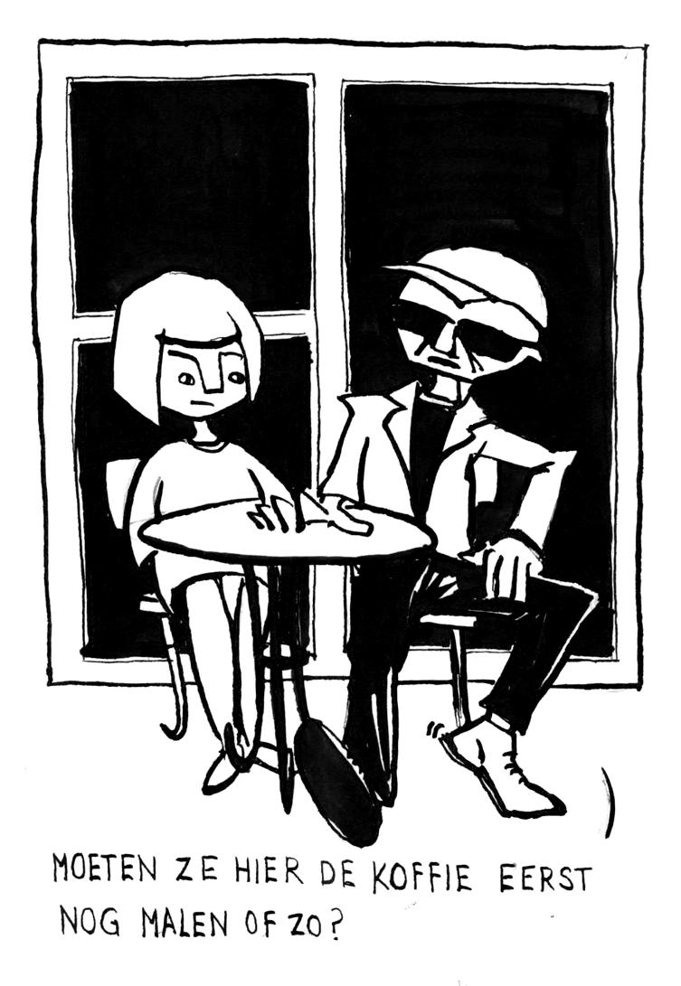 Een stel zit buiten aan een tafeltje. De ongeduldige man vraag zich snoevend af of de koffie eerst nog gemalen moet worden.
