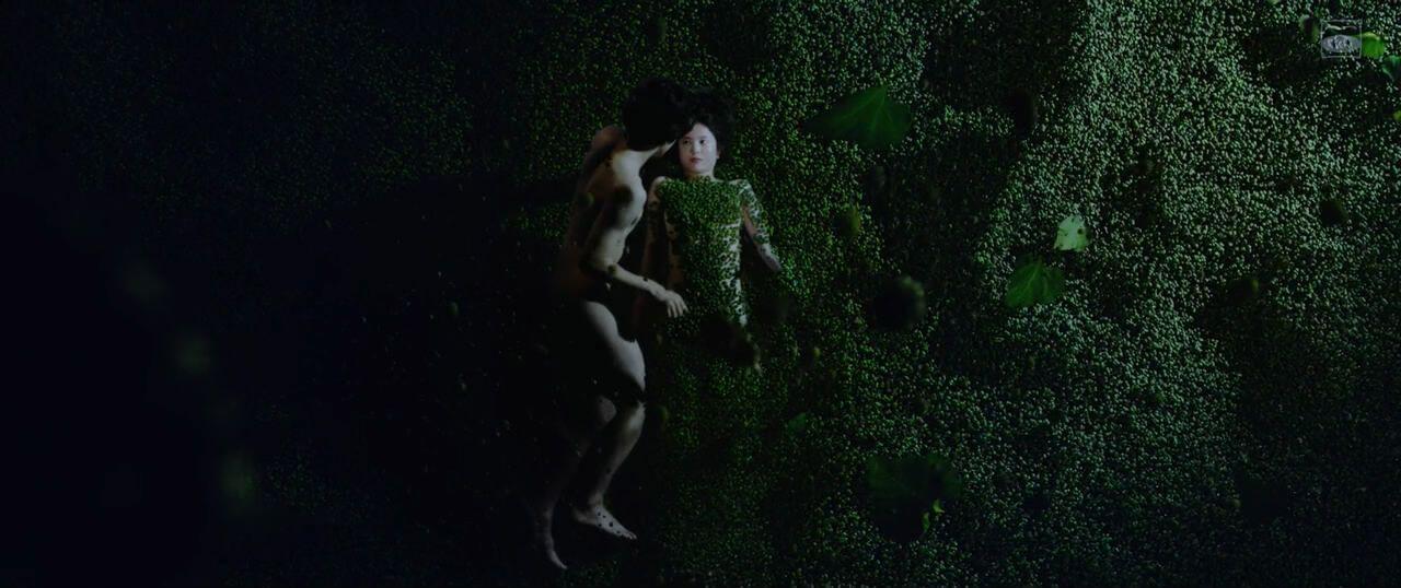 洋介的前戲是撥開覆蓋美紗子身體的鬼針草