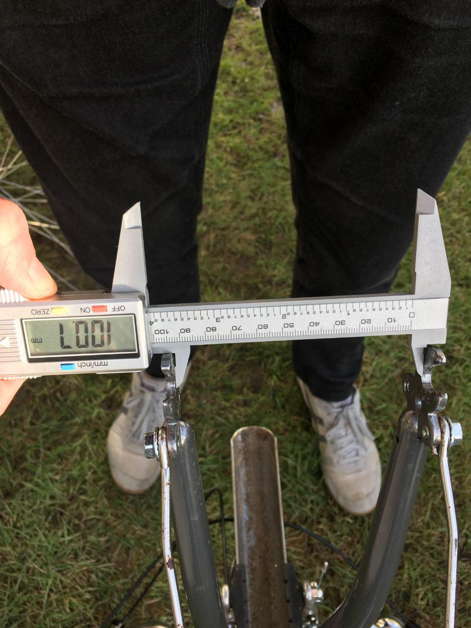 Measuring the bicycle fork clearance using a calliper