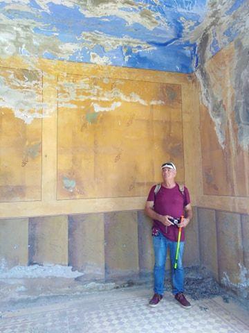 Τα έντονα χρώματα στους τοίχους μαρτυρούν κάτι από το παρελθόν του κτιρίου